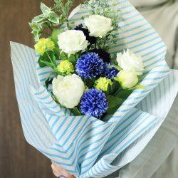 『エンボス・ワックス セルリアンブルー』で爽やかな花束ラッピング!!