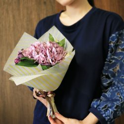 春先に向けて『エンボス・ワックス イエローストライプ』で花束を。