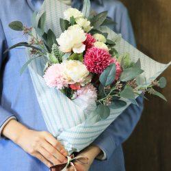 『エンボス・ワックス ミントグリーンストライプ』は、グリーンを活かした花束に。