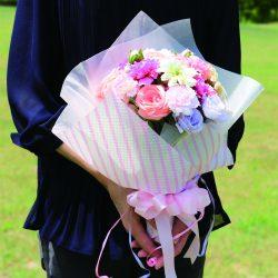 ミルキーピンクストライ柄の花束ラッピングが笑顔をお届け