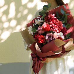 豪華な花束には、SIBORIのラッピングで
