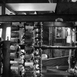 今年初の糸入り加工機は、黒糸で始動中‼