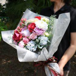 『クロエ』シルバーで花束ラッピング